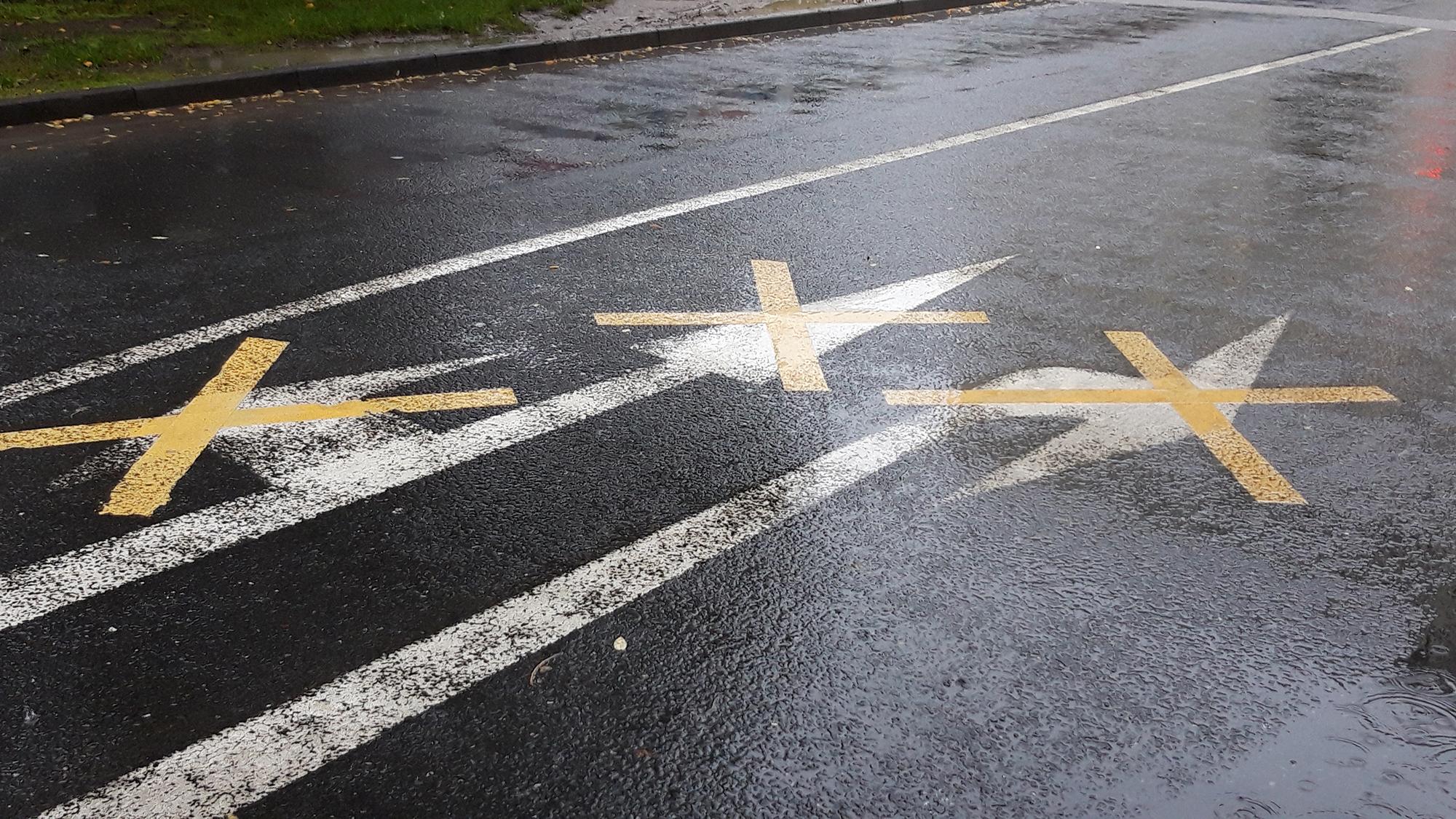 Straße Richtung Wegweiser Markierung Unklarheit Verwirrung mehrdeutig Ausweg Ausweglosigkeit brexit road direction signpost marking ambiguity confusion ambiguous way out hopelessness brexit